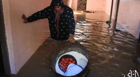 A Gaza resident flees his flooded home (ALRAY photo)