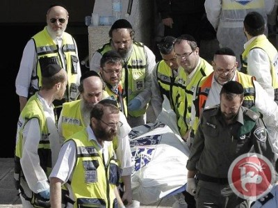 A body being removed from the Har Nof synagogue (AFP/Ahmad Gharabli)